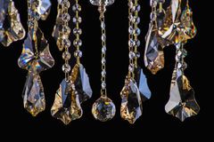 在内部, Chrystal枝形吊灯特写镜头的枝形吊灯光 从枝形吊灯,枝形吊灯,照明设备,设备,豪华的水晶部分, 库存图片