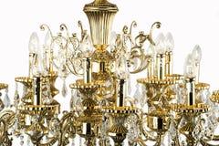 在内部, Chrystal枝形吊灯特写镜头的枝形吊灯光 从枝形吊灯,枝形吊灯,照明设备,设备,豪华的水晶部分, 免版税库存图片