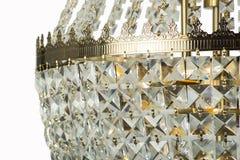 在内部, Chrystal枝形吊灯特写镜头的枝形吊灯光 从枝形吊灯,枝形吊灯,照明设备,设备,豪华的水晶部分, 免版税库存照片