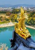 在冈山城堡的山墙饰的金黄鱼雕塑 免版税图库摄影