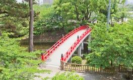在冈崎城堡,爱知县,日本的红色桥梁 免版税库存图片