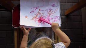 在册页的女孩图画 顶视图 股票录像