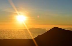 在冒纳凯阿火山山顶的日落夏威夷的大岛的 图库摄影