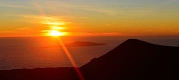 在冒纳凯阿火山山顶的日落夏威夷的大岛的 库存图片