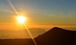 在冒纳凯阿火山山顶的日落夏威夷的大岛的 免版税库存图片