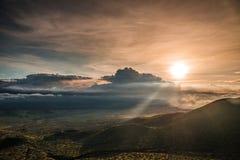 在冒纳凯阿火山,夏威夷的日落 免版税库存图片