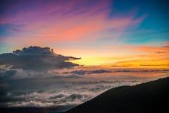 在冒纳凯阿火山,夏威夷的美好的充满活力的日落 库存照片