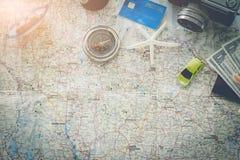 去在冒险!地图和照相机在一张木桌上 免版税库存图片