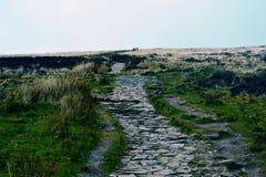 在写作y爱好者峰顶的小山的岩石人行道,布雷肯比肯斯山,威尔士, UKw 免版税库存照片