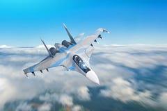 在军事任务的战斗机喷气机与武器-火箭,炸弹,在翼的武器飞行行动迷离高在t上的天空 免版税图库摄影