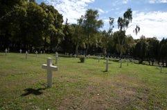 在军事公墓的白色十字架 免版税库存图片
