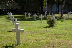 在军事公墓的白色十字架 免版税图库摄影