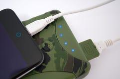 在军事力量银行组装帮助下充电您的电话 免版税库存图片