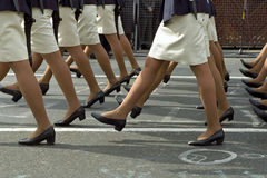 在军事游行期间的妇女腿 图库摄影