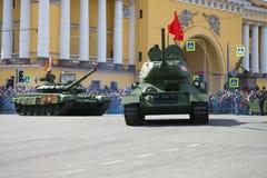 在军事游行的苏联和俄国坦克T-34-85和T72B3以纪念胜利天 库存图片