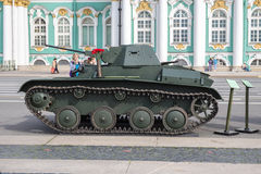 在军事爱国行动的容易的苏维埃T-60坦克对宫殿正方形,圣彼德堡 图库摄影