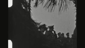 在军事葬礼的德国行刑队致敬