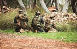 在军服的精神有武器的 免版税库存照片
