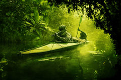 在军用皮船的特种部队在密林 库存照片