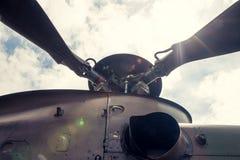 在军用直升机的螺旋桨叶片 库存照片