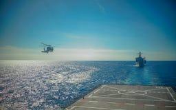 在军舰的直升机着陆 库存图片