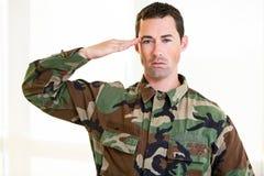 在军队一致向致敬的白色男性 库存照片