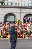 在军队的警察为西班牙的国庆节游行 库存图片