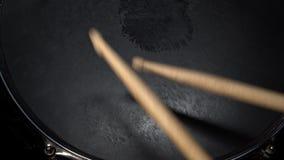 在军鼓的鼓槌命中 在视图之上 鼓手演奏活跃rhytm 股票录像
