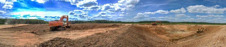 在农业复合体的坑建筑的挖掘机工作在俄罗斯的卡卢加州地区 库存图片