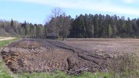在农业附近的河水流量犁了领域和被放弃的木房子 股票视频