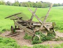 在农业风景的被放弃的农厂无盖货车 免版税库存照片