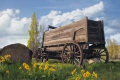 在农厂大农场的老无盖货车 库存图片