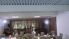 在农厂天花板和餐馆的内部的整体计划固定的迪斯科光的设备 股票视频