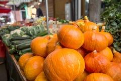 在农厂市场上的北海道南瓜在城市 水果和蔬菜在农夫市场上 免版税库存照片