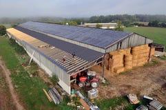 在农厂棚子的光致电压的盘区 免版税库存照片