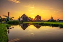 在农厂Zaanse上Schans房子和风车的日落在荷兰 免版税图库摄影