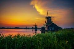 在农厂Zaanse上Schans房子和风车的日落在荷兰 免版税库存照片