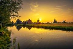 在农厂Zaanse上Schans房子和风车的日落在荷兰 图库摄影