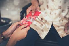 在农历新年的中国文化,人们将给在这个节日的红色信封Ang Pao赠送幸福和 图库摄影