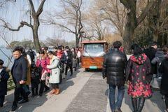 在农历新年nian的辛以后的天-在人群的电公共汽车什么人民 库存照片