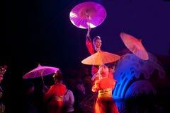 在农历新年的伞跳舞。 库存照片