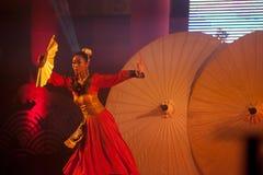 在农历新年的伞跳舞。 免版税库存图片