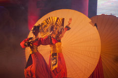 在农历新年的伞跳舞。 免版税库存照片