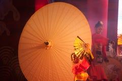 在农历新年的伞跳舞。 库存图片