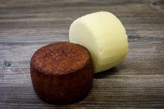 在农场烹调的一个对手工制造山羊乳干酪头 传统黑暗的乳酪浸泡在酒和 库存图片