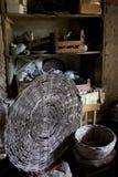 在农场的一间老地下室的柳条筐 免版税图库摄影