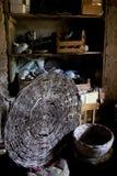 在农场的一间老地下室的柳条筐 库存图片