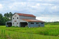在农场的土气老谷仓棚子车库 免版税库存图片