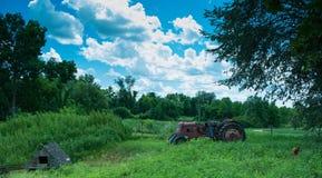 在农场的拖拉机 免版税图库摄影