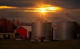 在农场的日落 免版税库存照片